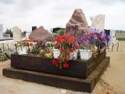 מצבה מסלע גרניט מקושט בפרחים