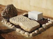 מצבה מסלע גבישי בשילוב חלוקי נחל וסלע חברוני